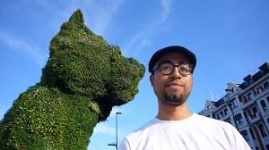 Photo de Darién Montañez avec un topiaire de chien