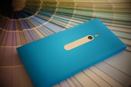 Lumia 800 Cyan, montrant son dos avec sa caméra 8 mégapixels