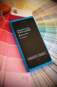 Lumia 800 Cyan sur une palette de couleurs. premier démarrage