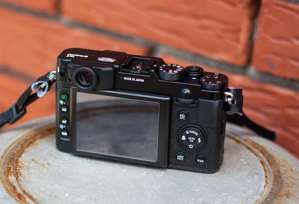 Fujifilm X10, vue de l'arrière de l'appareil