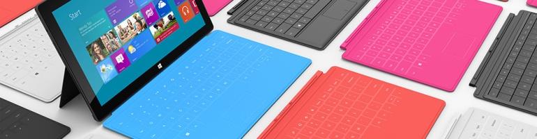 Une tablette Microsoft Surface avec plusieurs claviers de couleurs différentes
