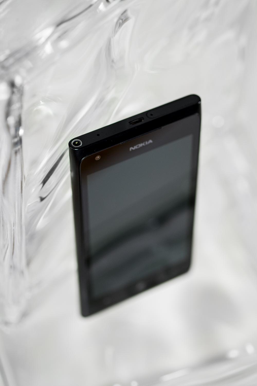 Dessus du Nokia Lumia 900, avec le logement pour la carte SIM et la prise pour les écouteurs