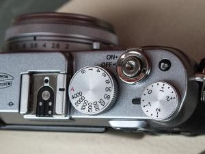 Le haut du Fujifilm X100, avec ses molettes métalliques