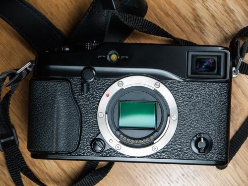 Le Fujifilm X-Pro1, sans objectif, exposant son excellent capteur