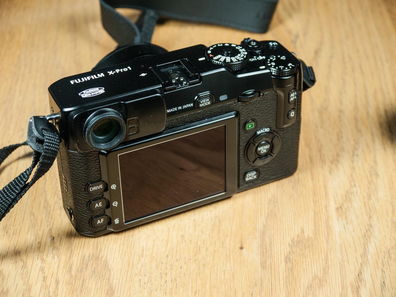 L'arrière du Fujifilm X-Pro1, avec le viseur, l'écran et les différents contrôles