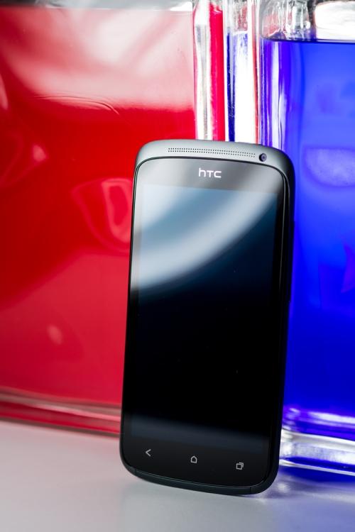 La façade du HTC One S, toute de verre vêtue, présentant l'écran, les touches capacitives, l'écouteur ainsi que la caméra secondaire.