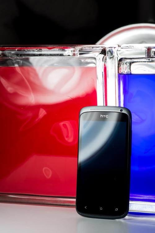 HTC One S, devant des blocs de verre colorés
