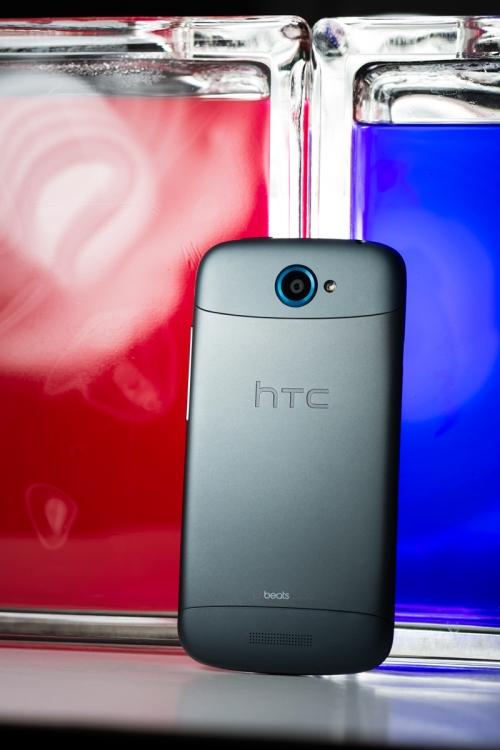 La face arrière du HTC One S montre son côté froid et métallique.