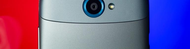 Le dos du HTC One S, montrant fièrement sa caméra