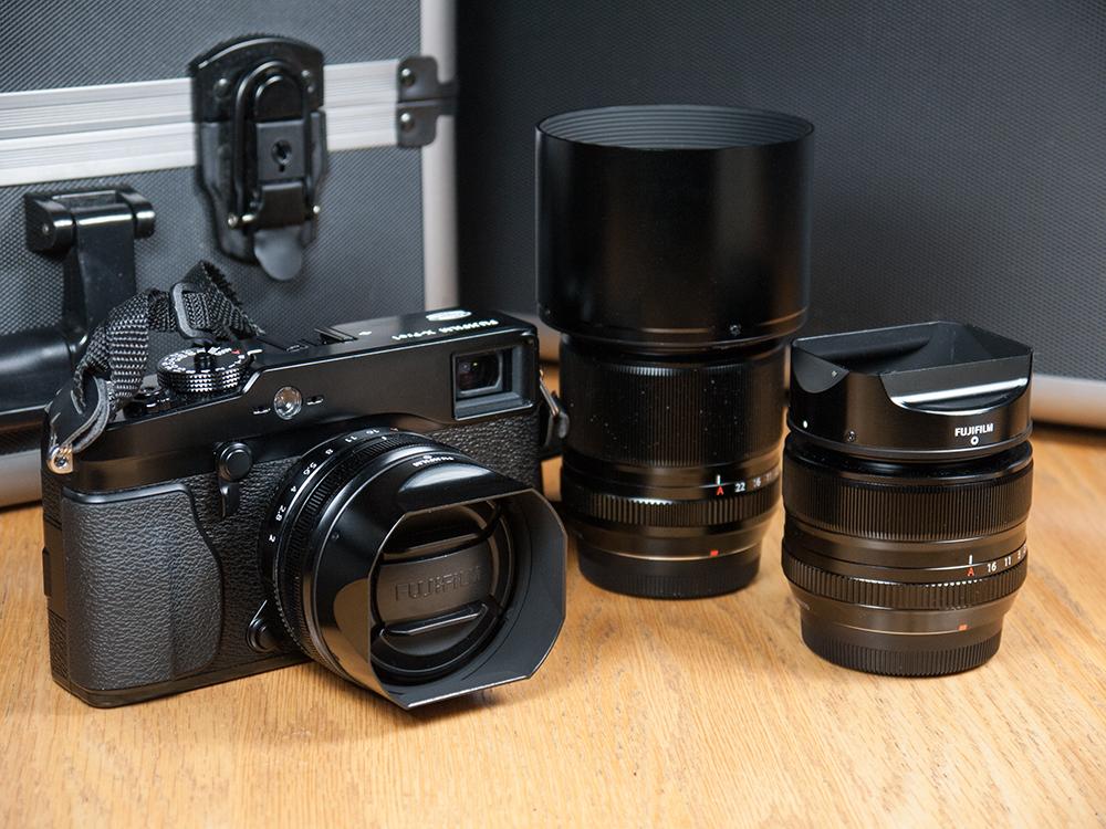 Ensemble Fujifilm X-Pro1 avec les trois objectifs Fujinon et leur pare-soleil
