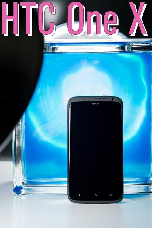 HTC One X, devant un bloc de verre rempli d'un liquide bleu et rétroéclairé