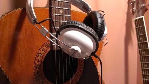 Image de mon casque d'écoute Panasonic sur une guitare acoustique.