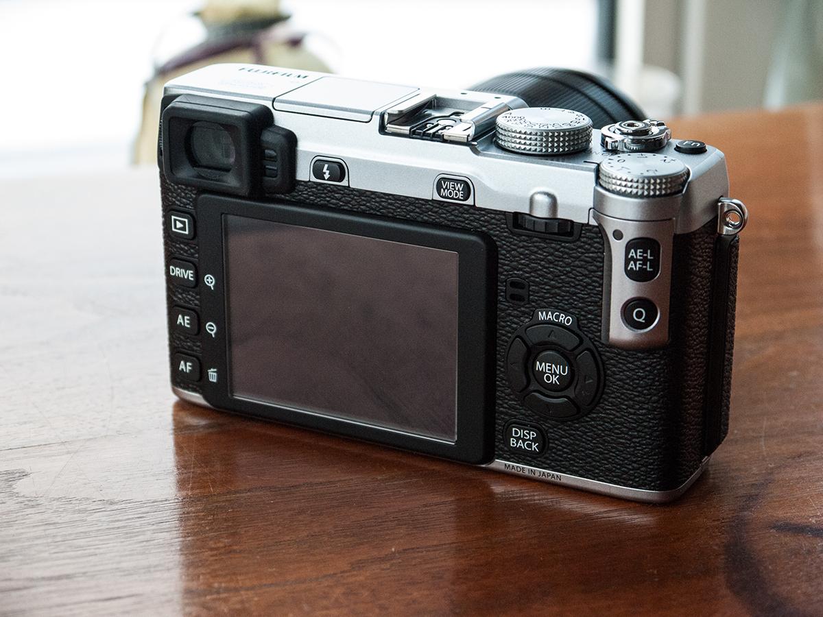 Sur l'arrière, c'est typiquement Fujifilm: plein de contrôles bien délimités et une ergonomie aussi près de la perfection que possible.
