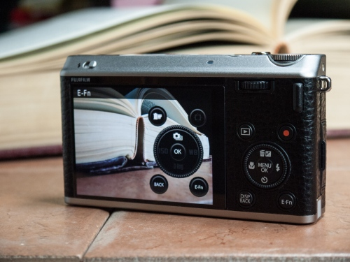 L'écran est, évidemment, la tête d'affiche de l'arrière du boîtier. Point intéressant, Fujifilm a ajouté un mode permettant d'afficher les fonctions pouvant être actionnées par les touches du boîtier. Brillante idée, Fujifilm!