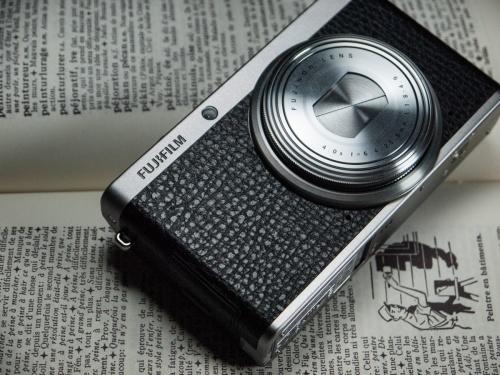Fujifilm XF1, objectif fermé, sur un dictionnaire ancien ouvert