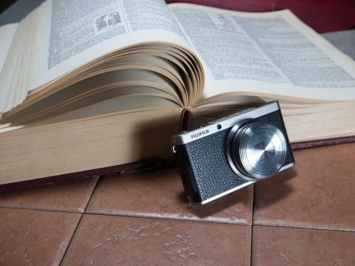 Le Fujifilm XF1, fermé, devant un dictionnaire